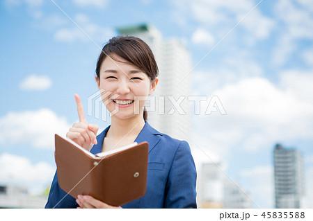 スーツを着た笑顔の女性 45835588