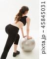 女性 若い バランスボールの写真 45845031