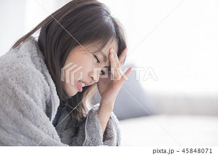 woman sick and feel headache 45848071
