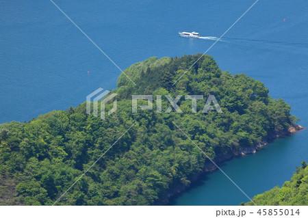 神奈川の愛甲郡にある高取山(たかとりやま)の山頂から西側の鷲ヶ沢方面を見る 45855014
