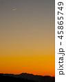 夕焼けと飛行機雲 45865749