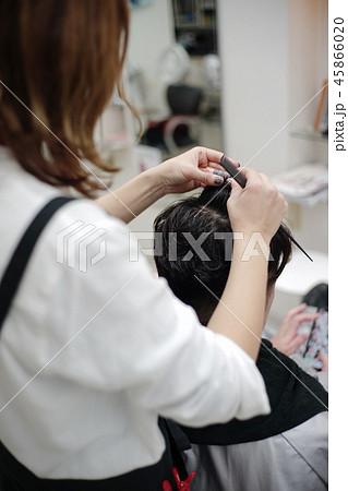 美容室シーン メンズパーマイメージ perming 写真素材 45866020