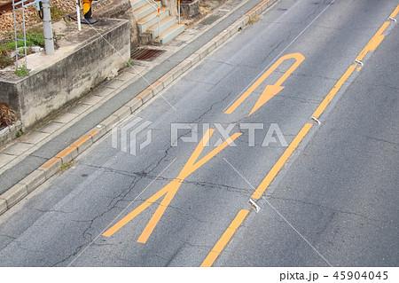 路面に黄色で描かれた×印とU字矢印。道路標示(規制標示)「転回禁止」。(国道2号・広島県尾道市内) 45904045
