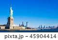 ニューヨーク 自由の女神とマンハッタンの摩天楼 45904414