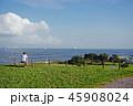 海を眺める男性 45908024