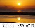 水面に映る太陽 45910713