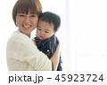 子育て 赤ちゃん お母さんの写真 45923724