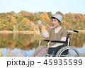紅葉 シニア女性 車椅子 スマートホン 45935599