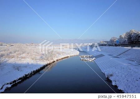 一面に広がる白い雪、川、群馬県高崎市、烏川、高崎公園近くの国道17号の冬の雪景色 45947551