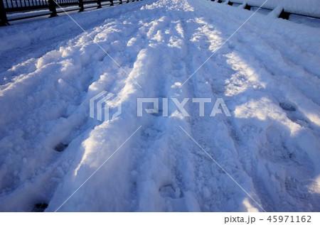 一面に広がる白い雪、川、群馬県高崎市、聖石橋、烏川、雪の足跡、高崎公園近くの国道17号の冬の雪景色 45971162