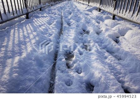 一面に広がる白い雪、川、群馬県高崎市、聖石橋、烏川、雪の足跡、高崎公園近くの国道17号の冬の雪景色 45994523