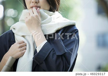 コートの女性 46029317