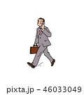 ガラケーで会話をしながら歩くサラリーマン 46033049
