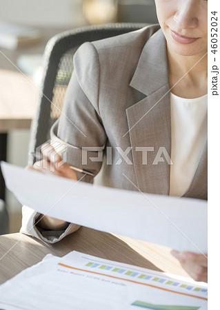 働き改革で活き活き頑張る女性キャリアウーマン 46052024