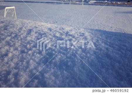 一面に広がる白い雪、工事現場のコーン、聖石橋、和田橋、サッカーコート、冬の雪景色、群馬県高崎市 46059192