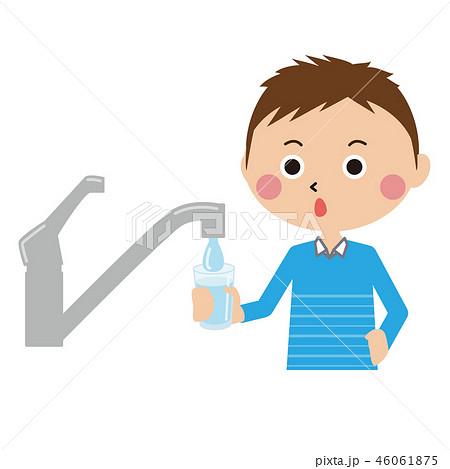 ポップな短髪の男の子 水道で水を汲む 46061875