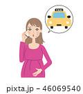 電話をする妊婦。 46069540