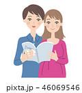 育児書を読む男女。 46069546