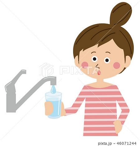 ポップなお団子あたまの女性 水道で水を汲む 46071244