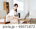 女性 パソコン リビングの写真 46071872