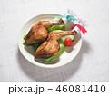 皿にのった二本のクリスマスチキン 46081410