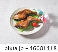 皿にのった二本のクリスマスチキン 46081418