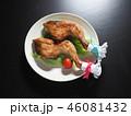 皿にのった二本のクリスマスチキン 46081432