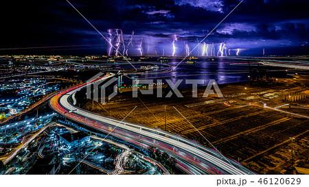 高速道路の光跡と落雷 46120629