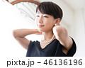 女性のポートレート ネックレスをつける女性 46136196