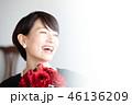 女性のポートレート 花束 46136209