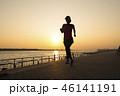 夕暮れ時のジョギング 46141191