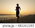 夕暮れ時のジョギング 46141193