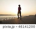 夕暮れ時のジョギング 46141200