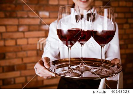 ワイン  店員 46143528