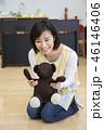 園児とクマのぬいぐるみで遊ぶ保母さん 保育士 資格取得 46146406
