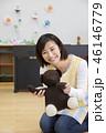 園児とクマのぬいぐるみで遊ぶ保母さん 保育士 資格取得 46146779