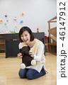 園児とクマのぬいぐるみで遊ぶ保母さん 保育士 資格取得 46147912