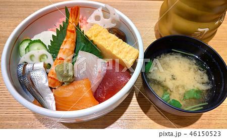 海鮮丼と味噌汁 ランチ 和食 Seafood rice bowl and miso soup 46150523