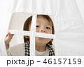 室内テントで遊ぶ幼児男の子 46157159