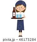 ポップな居酒屋店員の女性が瓶ビールを運ぶ 46173284