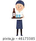 ポップな居酒屋店員の男性が瓶ビールを運ぶ 46173385