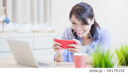 woman play mobile game 46176192