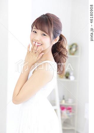 若い女性 ヘアスタイル 46180908