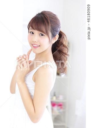 若い女性 ヘアスタイル 46180909