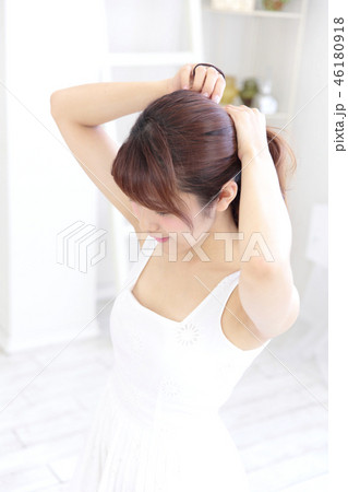 若い女性 ヘアスタイル 46180918