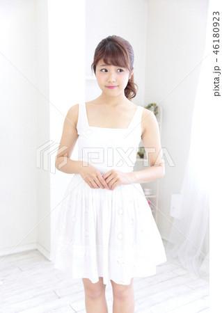 若い女性 ヘアスタイル 46180923