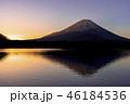 朝の精進湖より富士山 46184536