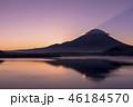 本栖湖とサンライズの富士山 46184570