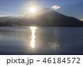 本栖湖とサンライズの富士山 46184572
