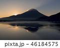 本栖湖とサンライズの富士山 46184575